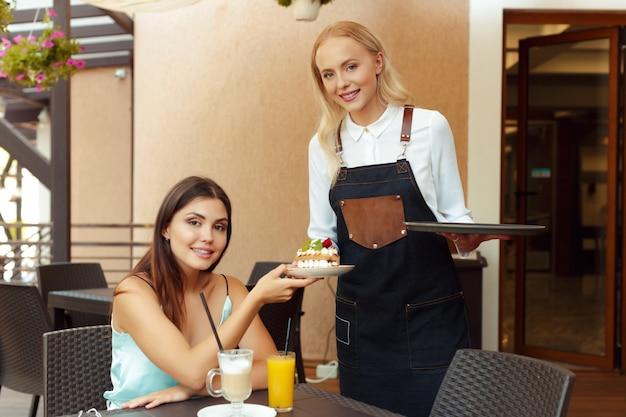 Server cameriera che aiuta il cliente nella caffetteria