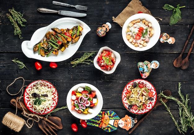 Servire in stile uzbeko di diverse insalate di verdure