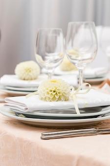 Servire in un ristorante decorato con fiori