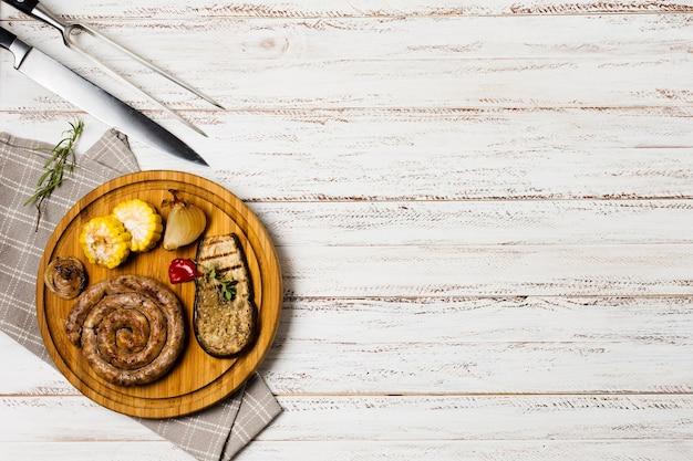 Servito salsicce alla griglia bavarese con verdure