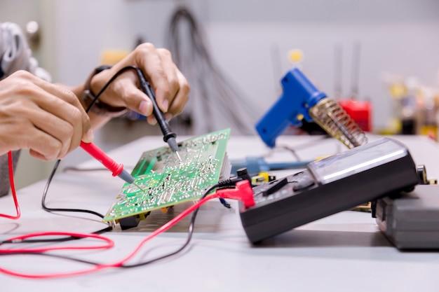 Servizi, riparazione di dispositivi elettronici, parti per saldatura di stagno.
