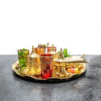 Servizio da tè arabo tazze d'oro ospitalità orientale ramadan
