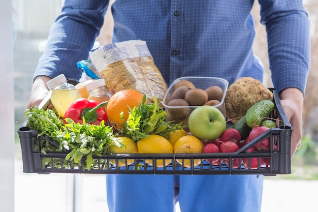 Servizio di consegna cibo per il concetto di shopping online di generi alimentari. servizio espresso fast food per lo stile di vita nel concetto di città.