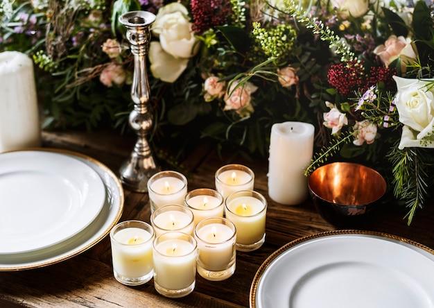 Servizio di impostazione del tavolo da pranzo elegante per la reception