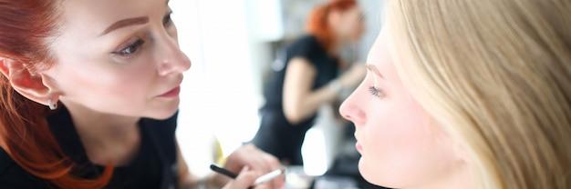 Servizio di salone di bellezza, trucco applicativo alla moda