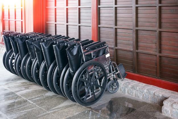 Servizio di sedia a rotelle per il turista, sedie a rotelle pronte ad accogliere viaggiatori disabili, concetto di viaggio.