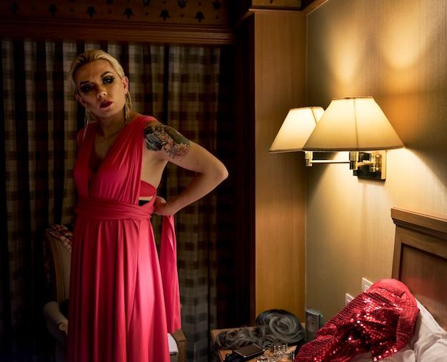 Servizio fotografico contemporaneo di una donna transgender