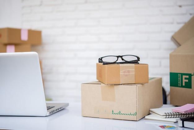 Servizio online marketing nel reparto spedizioni
