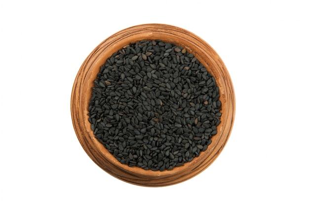 Sesamo nero in una tazza lucida isolato su uno sfondo bianco