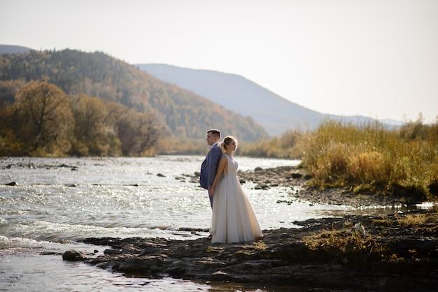 Sessione fotografica di matrimonio degli sposi in montagna. servizio fotografico al tramonto.