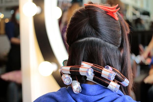 Sesto passo di rotolare i capelli in permanente
