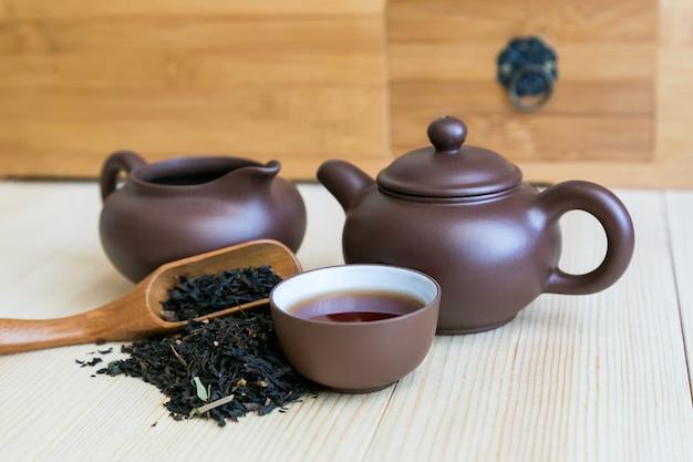 Set cerimonia del tè e tè nero