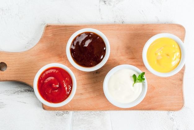 Set classico di salse in piattini bianchi