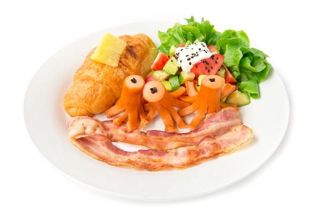 Set colazione con croissant e salsiccia di maiale, pancetta e insalata di avocado mescolare verdure in cima allo yogurt greco cospargere il sasemi nero e il cibo di quercia verde foglia per la vista laterale della mattina quotidiana