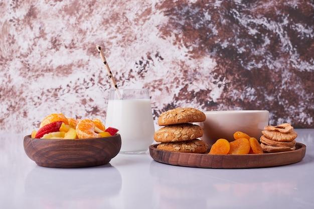 Set colazione con latte, pasticcini e macedonia di frutta. foto di alta qualità