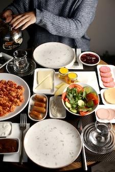 Set colazione con pomodoro con uova, salsicce, ecc