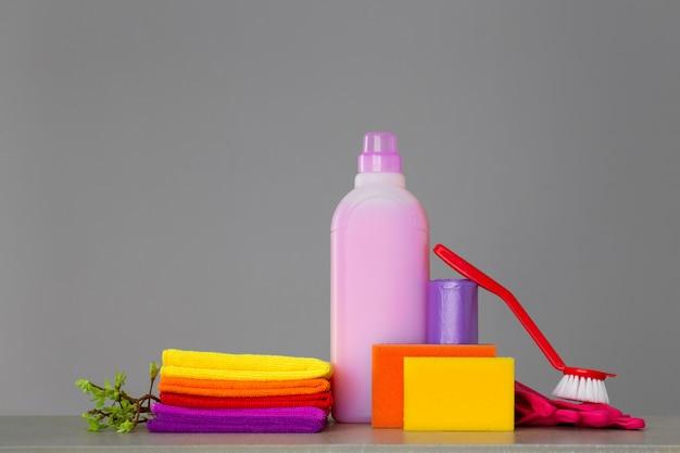 Set colorato di strumenti per la pulizia della casa e ramoscelli