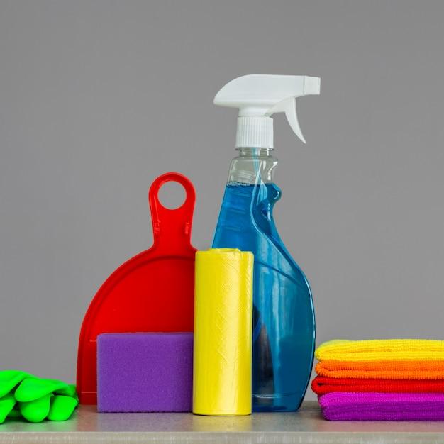 Set colorato di strumenti per la pulizia della casa. il concetto di pulizie di primavera