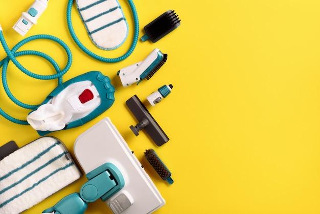 Set con moderni pulitori a vapore professionali su sfondo giallo.
