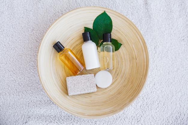 Set con sapone e asciugamano bianco