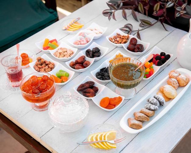 Set con tanti dolci con tè nero _