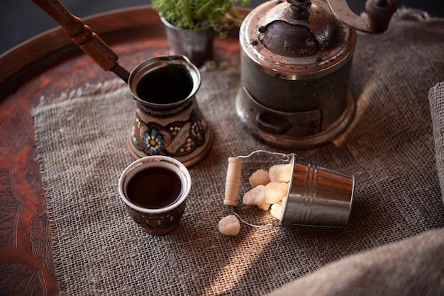 Set da caffettiera vintage ad alto angolo