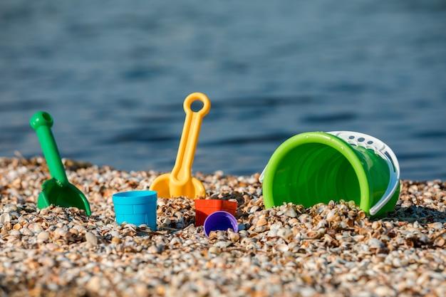 Set da gioco per bambini con sabbia in riva al mare