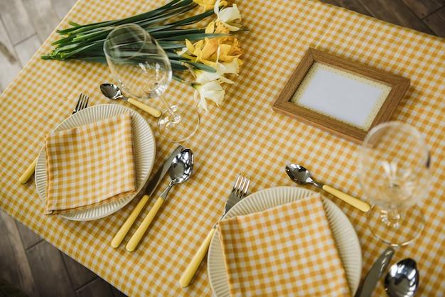 Set da picnic. posate, tovaglie, cestini, cucchiai, forchette, coltelli, bicchieri, tovaglioli. appuntamento romantico. weekend in famiglia. cellula gialla. famiglia perfetta. narcisi. una cornice per testo o foto.