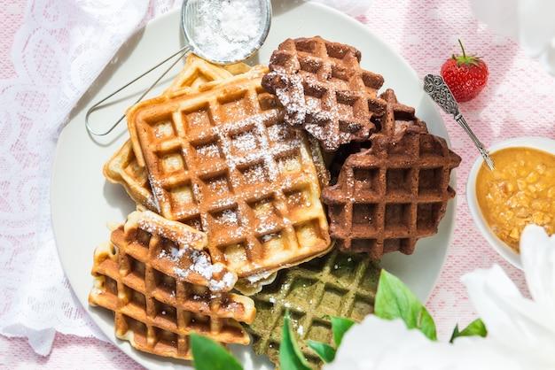 Set da tavola per colazione con cialde e frutti di bosco