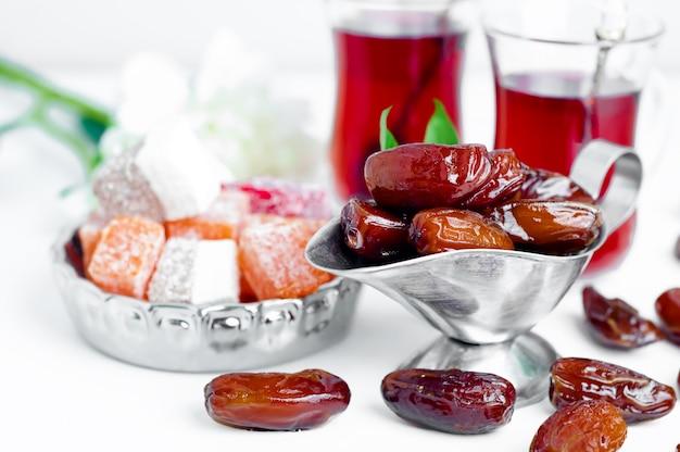 Set da tè arabo tradizionale e datteri secchi.