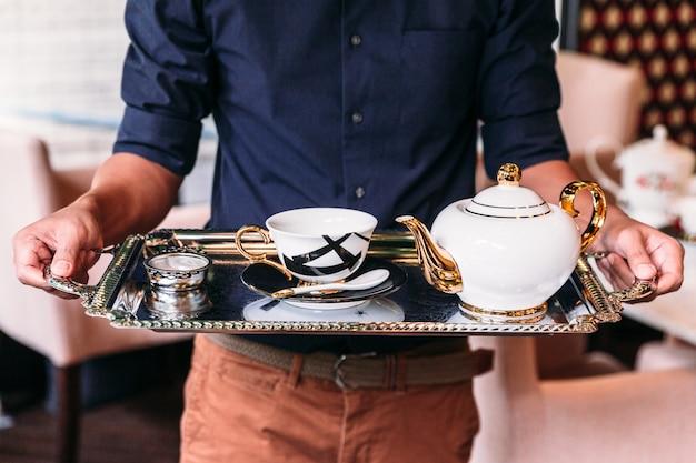 Set da tè inglese vintage in porcellana bianca, oro e nero