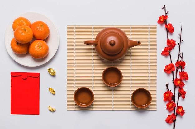 Set da tè tra ramo e mandarini