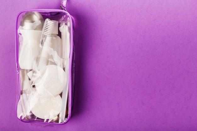 Set da viaggio con piccola bottiglia, in sacchetto cosmetico trasparente