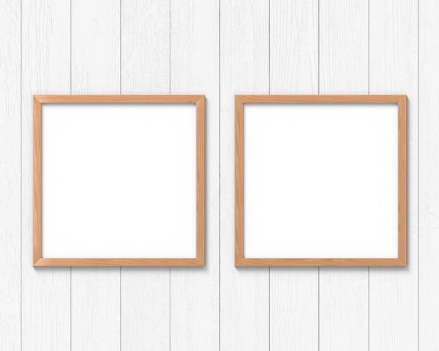 Set di 2 mockup quadrati in legno appesi al muro