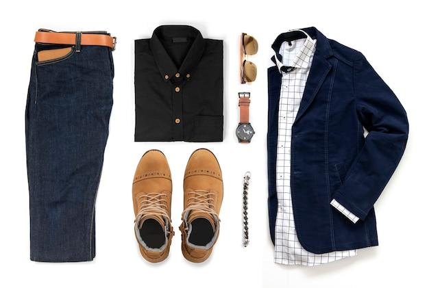 Set di abbigliamento maschile con stivali gialli, orologio, jeans, cintura, portafoglio, occhiali da sole, camicia da ufficio, giacca blu, bracciale e bracciale isolati su sfondo bianco, vista dall'alto