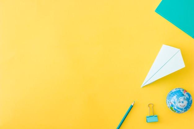 Set di accessori posa su sfondo giallo