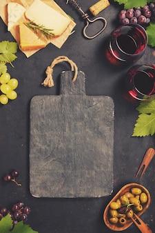 Set di antipasti di vino: selezione di formaggi francesi, uva e noci