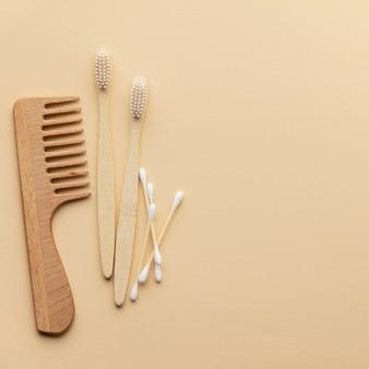 Set di articoli da toeletta eco-compatibili e prodotti per il bagno su sfondo colorato, piatto lay