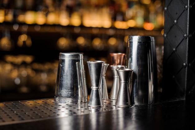 Set di attrezzature da bar disposte sul bancone del bar