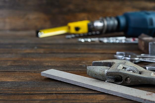 Set di attrezzi da lavoro su legno rustico