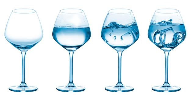 Set di bicchieri da vuoto a riempito d'acqua con cubetti di ghiaccio e splash