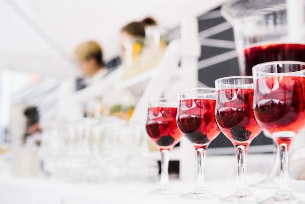 Set di bicchieri di alcol con sfondo sfocato