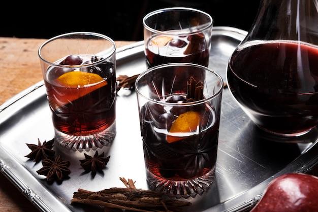 Set di bicchieri di vino con caraffa su un vassoio