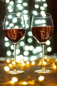 Set di bicchieri di vino su un tavolo