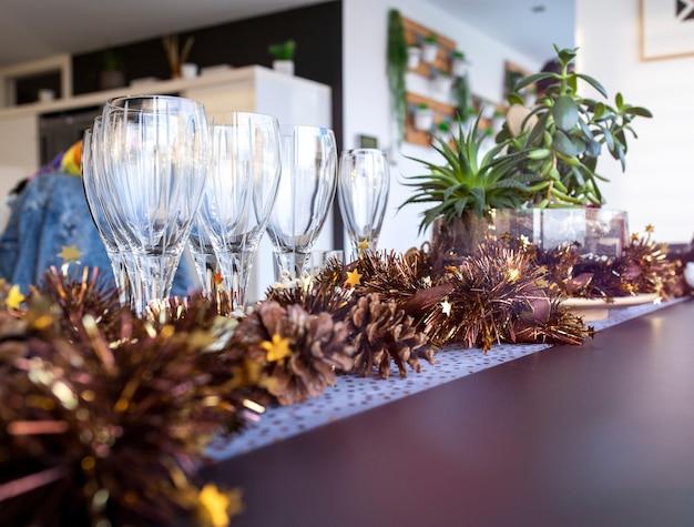 Set di bicchieri di vino vuoti su un tavolo su sfondo sfocato e raggi di sole