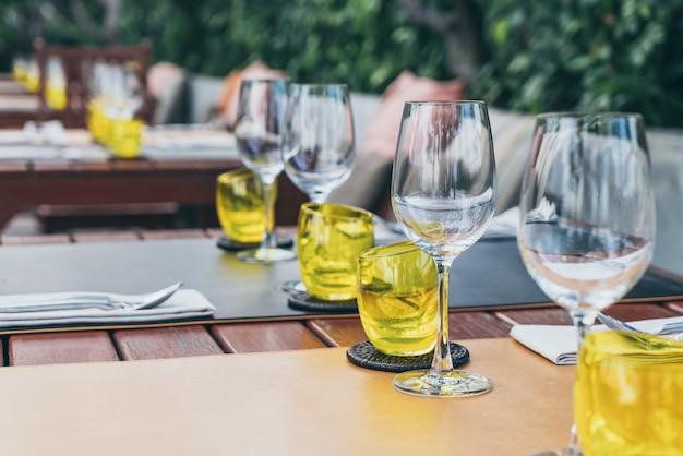 Set di bicchieri sui tavoli da pranzo