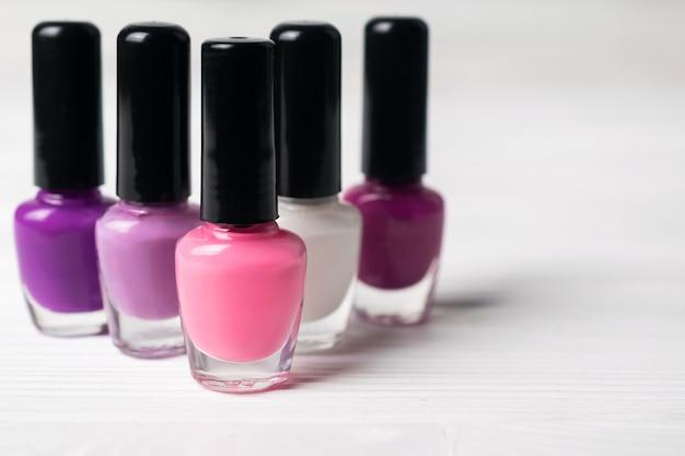 Set di bottiglie di smalto colorato rosa e viola