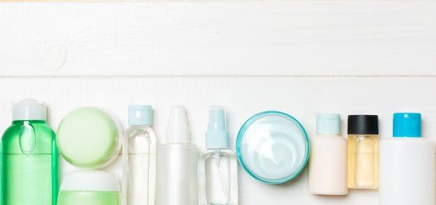 Set di bottiglie e vasetti di crema e cosmetici su legno. cura del corpo