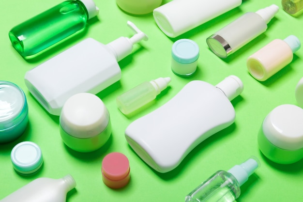 Set di bottiglie e vasetti di diverse dimensioni per prodotti cosmetici. concetto di cura del viso e del corpo con spazio di copia