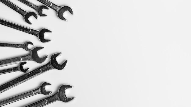 Set di chiave su sfondo bianco scrivania. concetto di utensili a mano officina industriale.